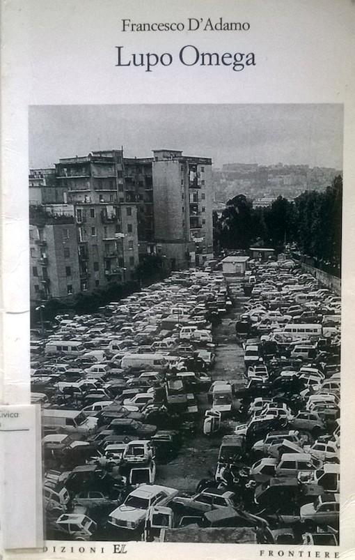 Copertina del libro con l'immagine in bianco e nero della periferia di una città