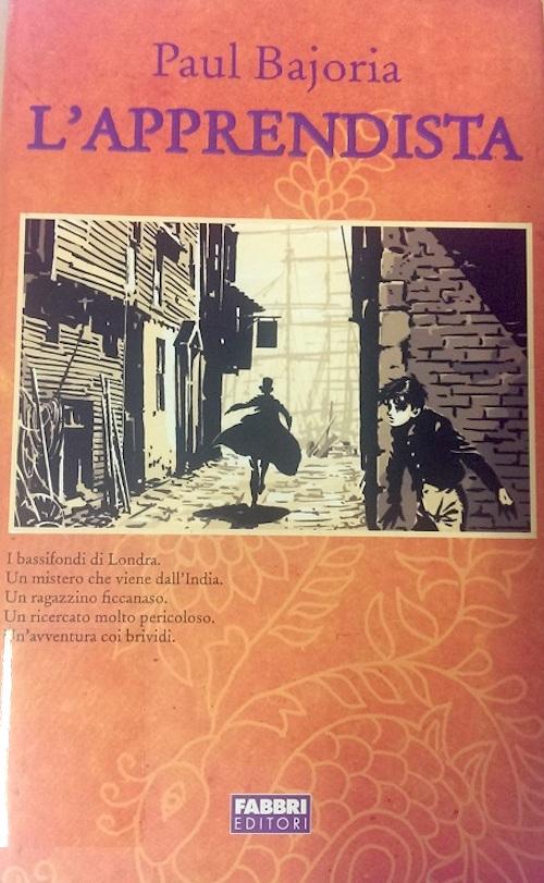 Copertina del libro con l'immagine di una figura che sta scappando lungo il vicolo di una città