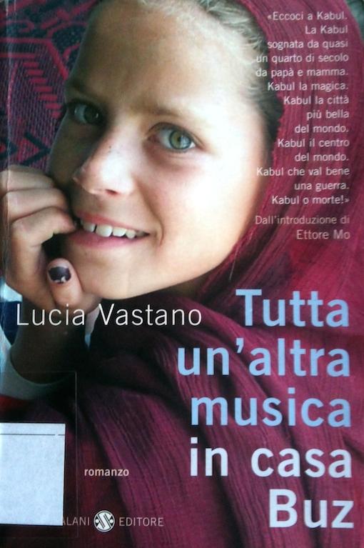 Copertina del libro con l'immagine di una ragazzina sorridente con il velo che guarda verso l'obbiettivo