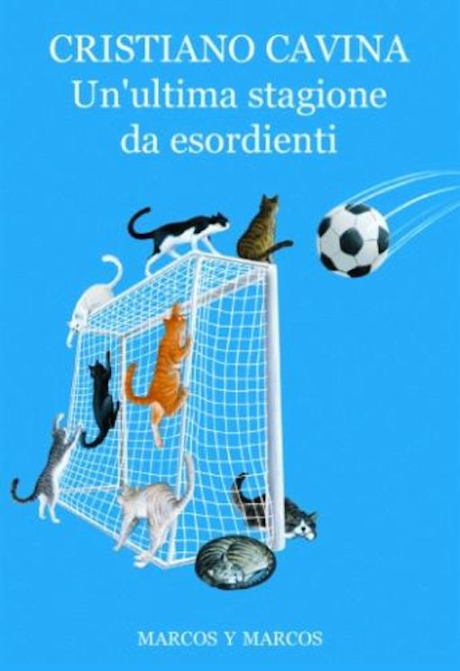 Copertina del libro azzurra, con una rete da calcio e vari oggetti ed animali tutti intorno