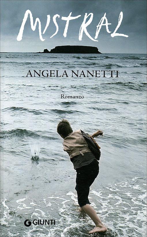 Copertina con l'immagine di un ragazzo di fronte al mare
