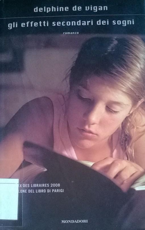 Copertina del libro con una ragazza intenta a sfogliare un libro
