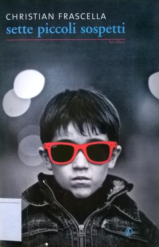 Copertina del libro con l'immagine di un ragazzino che indossa un giubbino ed un paio di occhiali da sole dalla montatura rosas