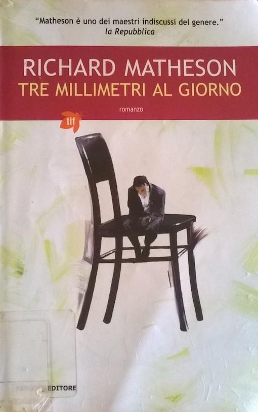 Copertina del libro con l'immagine di un uomo molto piccolo a testa china seduto su di una sedia molto più grande di lui