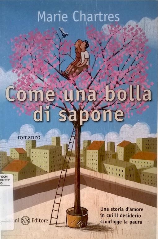 Copertina del libro con il disegno di un albero di ciliegio sul tetto di un palazzo in città, e due ragazzi seduti sui suoi rami