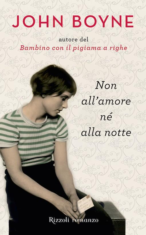 Copertina del libro con l'immagine di una ragazza seduta che indossa una maglia a righe e una gonna nera