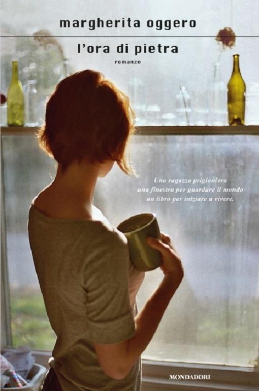 Copertina del libro con l'immagine di una ragazza ripresa di spalle mentre guarda fuori da una finestra