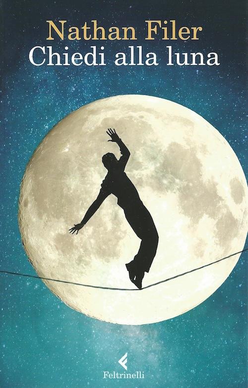 copertina del libro che mostra un uomo in equilibrio su una fune. Sullo sfondo la luna piena