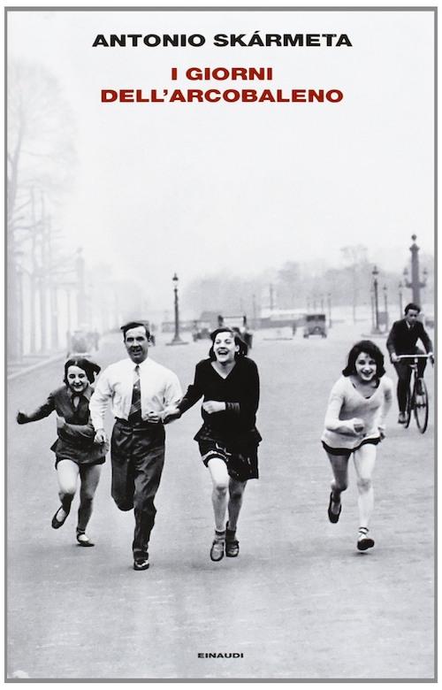 Copertina del libro in bianco e nero mostra delle persone che corrono