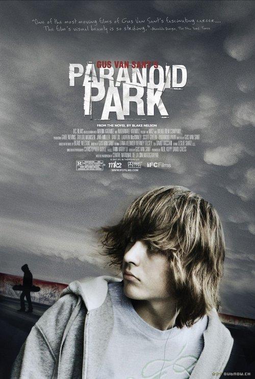 locandina del film con un ragazzo in primo piano. Sullo sfondo un cielo grigio pieno di nuvole