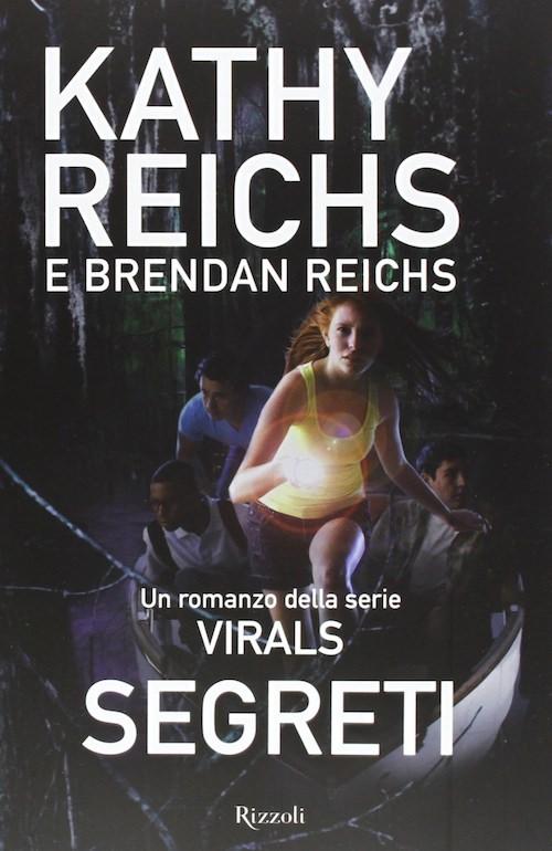 copertina del libro mostra una ragazza e tre ragazzi nella notte su una barca