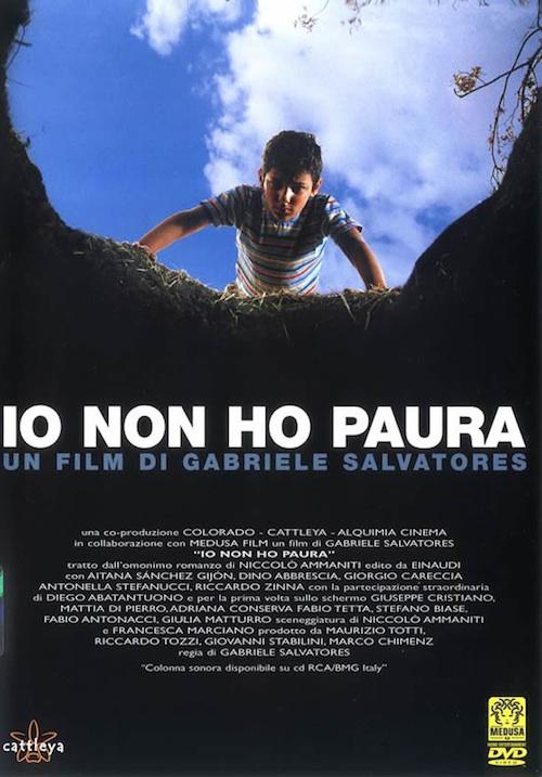 la locandina del film con un ragazzino che si sporge in un pozzo