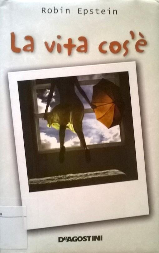 Copertina del libro con l'immagine di una fotografia che ritrae una ragazza presa di spalle che regge in mano un ombrello aperto