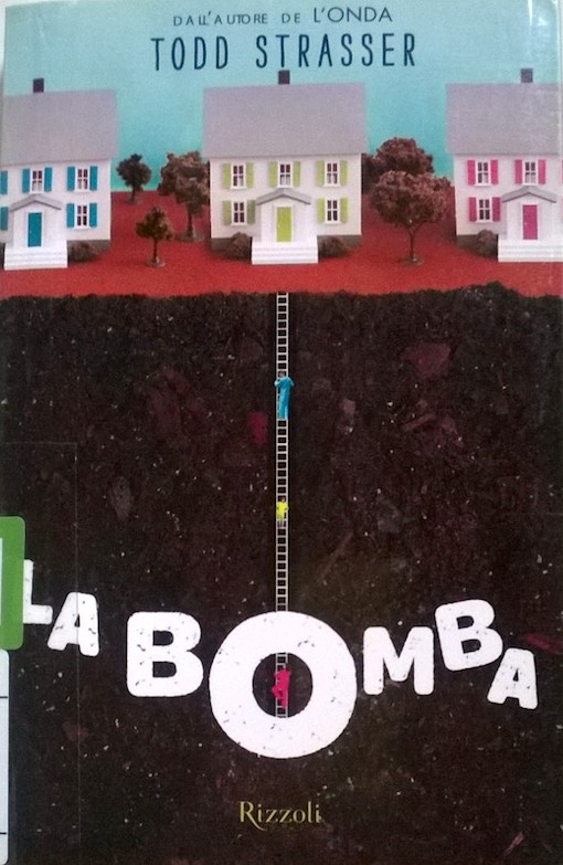 Copertina del libro con l'immagine di una serie di casette finte appoggiate su uno strato di terra