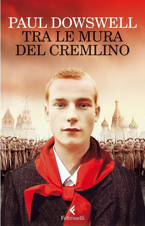 Copertina del libro con l'immagine di un ragazzo in primo piano con un fazzoletto rosso al collo, alle sue spalle una sfilata militare sullo sfondo del Cremlino
