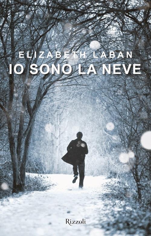 Copertina del libro con l'immagine di una ragazza ripreso da lontano mentre corre verso un bosco innevato