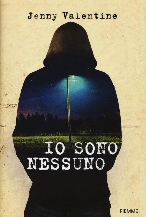 Copertina del libro con l'immagine di una figura incappucciata di scuro