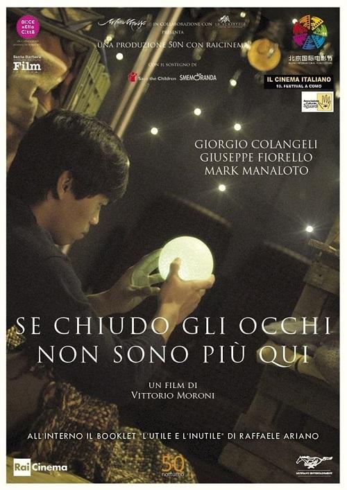 Locandina del film con l'immagine de protagonista che regge una palla illuminata