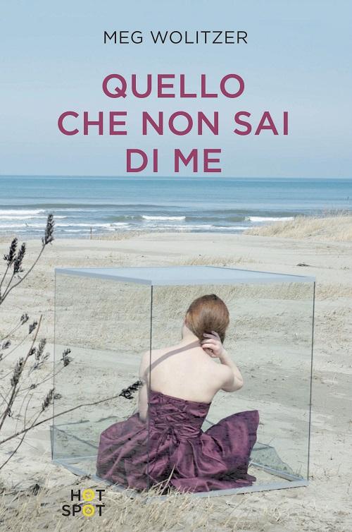 Copertina del libro con l'immagine di una ragazza che, da dentro un cubo di vetro, osserva il mare da una spiaggia