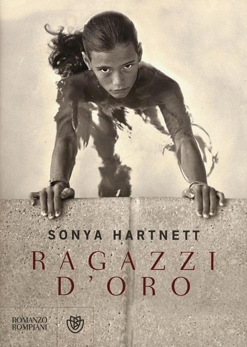 Copertina del libro con l'immagine di una ragazzina in piscina aggrappata al bordo della vasca