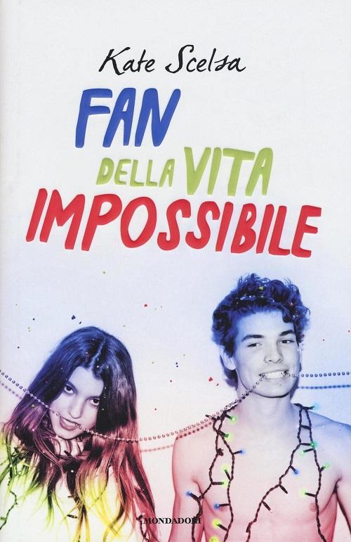 Copertina del libro con l'immagine di un ragazzo ed una ragazza che tengono tra i denti una file di perle